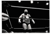 The Bull, catcheur belge, arbore fièrement sa ceinture de champion lors du Big Impact 2013. Bronks. Bruxelles.